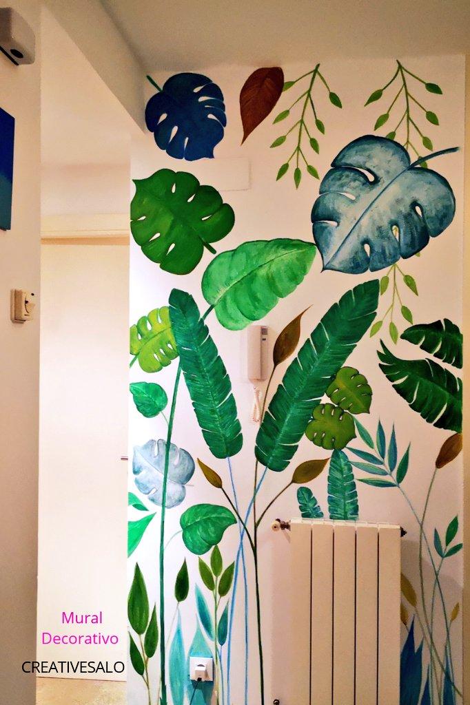 Mural decorativo tropical, con diseño de hojas tropicales, pintado en la pared, forma parte los trabajos realizados de CreativeSalo (S. V. A).
