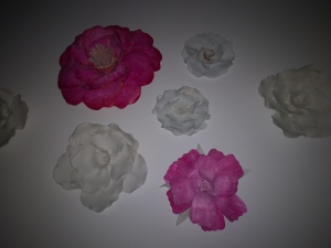 Flores decorativas hechas a mano con foami, para decoración de paredes.