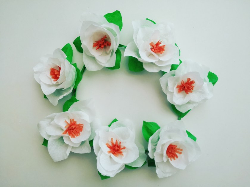 Ver vídeo tutorial gratuito del paso a paso de cómo hacer estas líndas flores de papel crepe 🌸 en nuestro canal de YouTube CREATIVESALO 👀